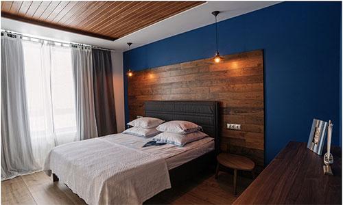 Декорирование стен и потолка ламинатом в спальне