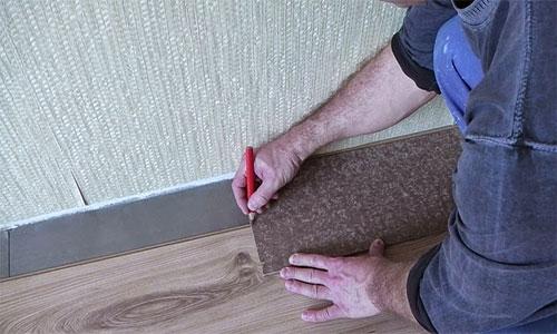 Подрезание ламината при укладке у стены