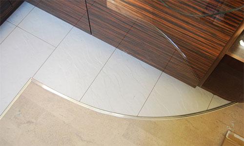 Сочетание ламината и плитки на кухне с помощью порожка
