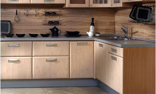 Сочетание ламината на стене кухни с мебелью