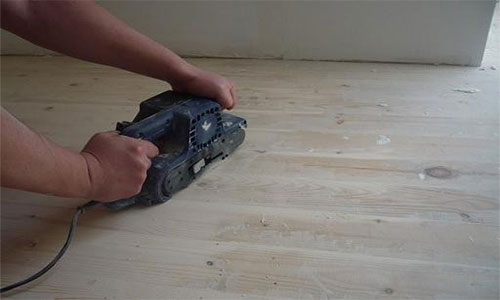 Выравнивание деревянного пола циклеванием для укладки подложки и ламината
