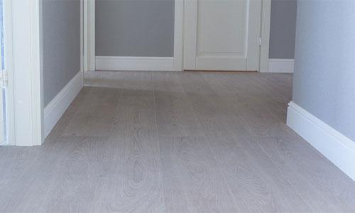серый пол белая дверь