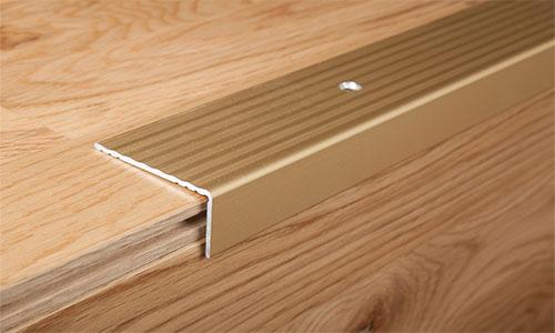 Угловой профиль для соединения ламината между комнатами