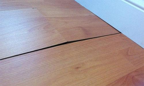 Деформация панелей ламината при несоблюдении зазора между стеной и ламинатом