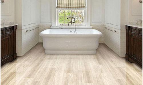Кварцвиниловый пол в ванной