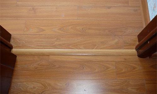 Разноуровневый порожек для скрытия зазора для ламината