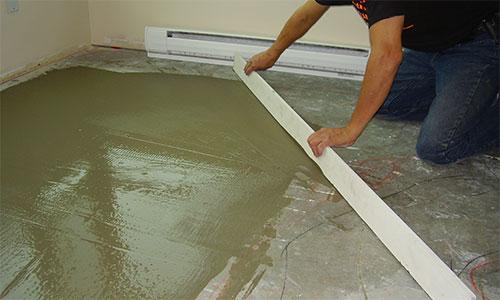 Разравнивание бетонного слоя стяжки