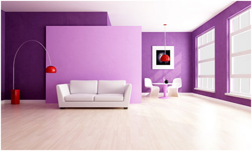 Светлый ламинат и фиолетовые обои