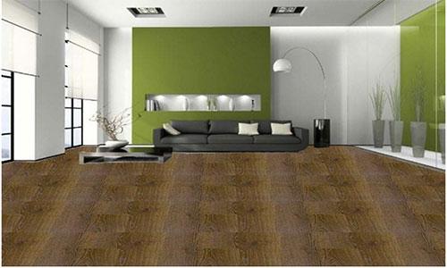 Зеленые обои в сочетании с коричневым напольным покрытием