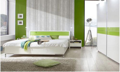 Зеленые обои в сочетании с ламинатом