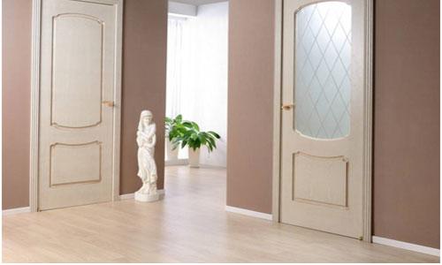 Ламинат и бежевые двери