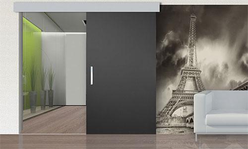 Серые двери и ламинат в интерьере комнаты