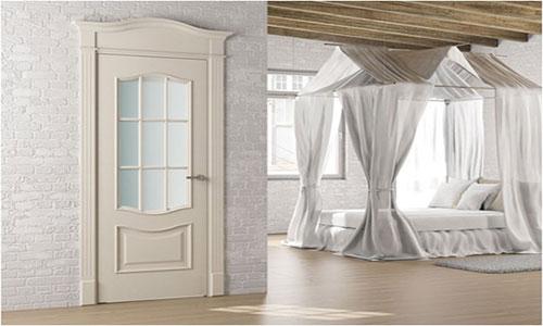 Светлый ламинат и светлые двери в комнате