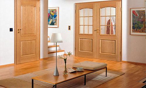 Желто рыжая гамма ламината и дверей