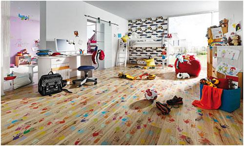 Яркий ламинат с рисунками в интерьере детской комнаты