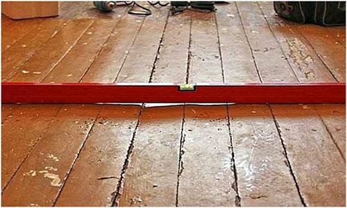 Проверка деревянного пола на неровности